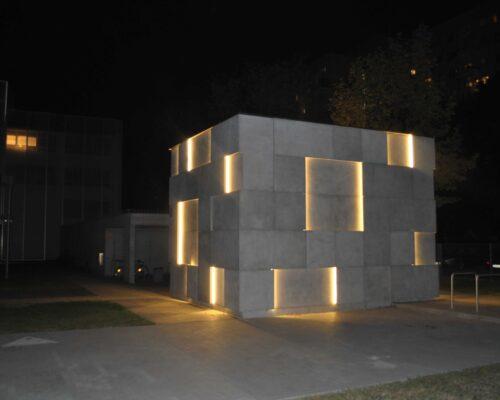 Klinika betonu elewacja betonowa podswietlana instytut audiowizualny nina 66 compressed