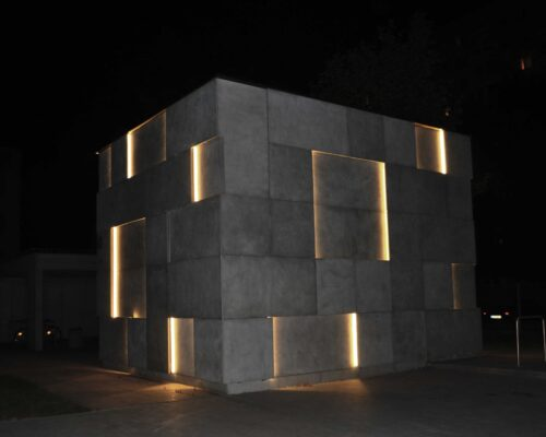 Klinika betonu elewacja betonowa podswietlana instytut audiowizualny nina 67 compressed